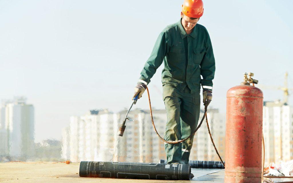 Bitumen dakbedekking aan laten brengen